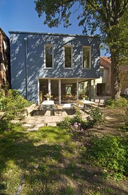 Giebelansicht Anbau mit Garten und Terrasse